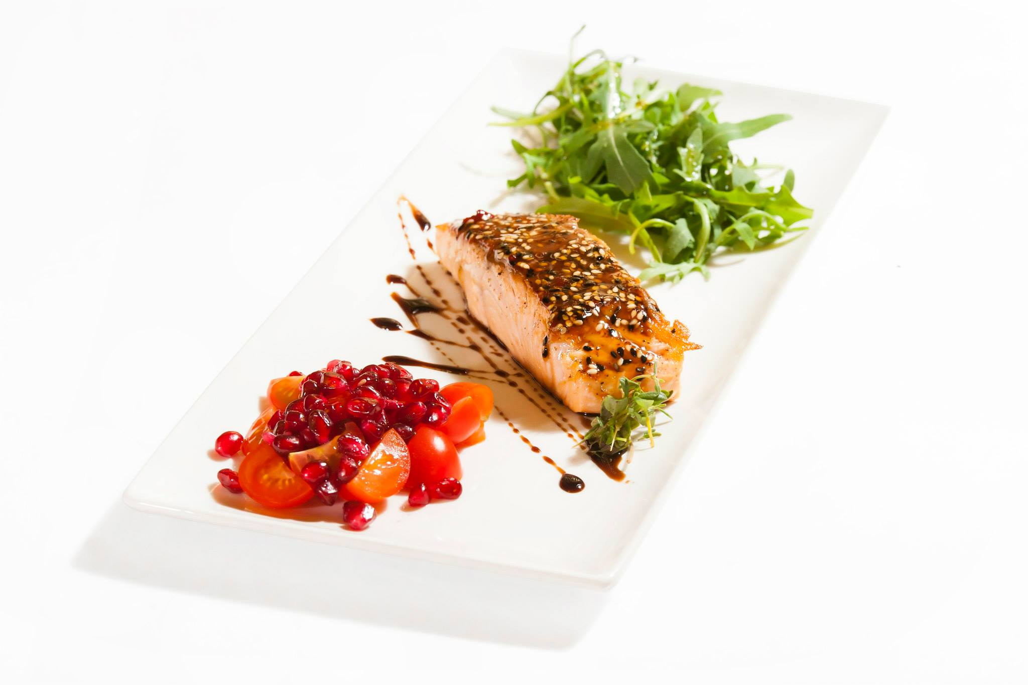 Grilled salmon with rucola salad with pomegranate and lemon grass sauce